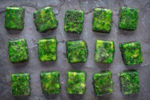 Заморозка зелени в ледяных кубиках